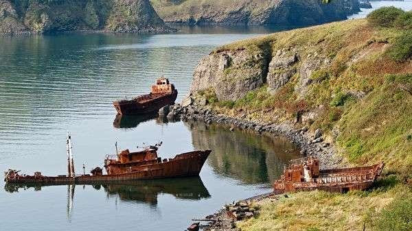 Останки военных кораблей на берегу бухты Крабовой. Курильские острова, остров Шикотан