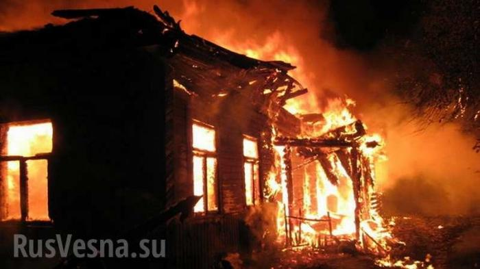 В Коминтерново украинские каратели сожгли магазин и жилой дом