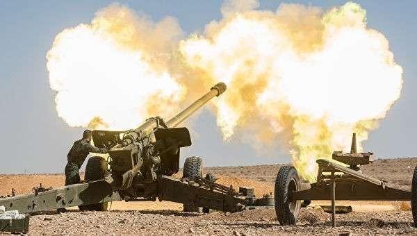 Артиллеристы Сирийской арабской армии (САА) ведут бой против отрядов террористов в окрестностях города Мхин в Сирии