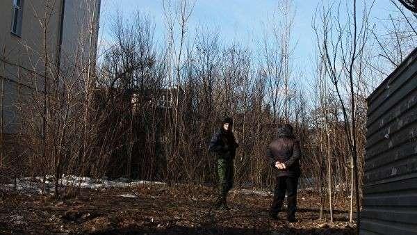 Сотрудники правоохранительных органов ДНР на закрытой стройплощадке в Донецке, где произошел один из трех взрывов