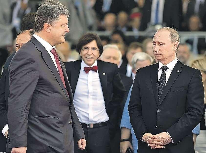 Про это красноречивое фото встречи Путина и Порошенко в июне 2014-го во Франции говорят: «Даже снизу вверх можно смотреть сверху вниз». Фото: EAST NEWS