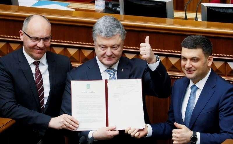 Порошенко подписал закон о закреплении в конституции курса Украины в ЕС и НАТО (ВИДЕО)