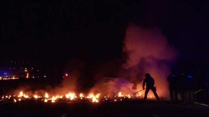 В Испании сторонники независимости Каталонии подожгли баррикады на автотрассах
