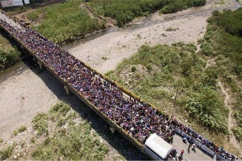 В Колумбии готовят вторжение в Венесуэлу на грузовиках через мост