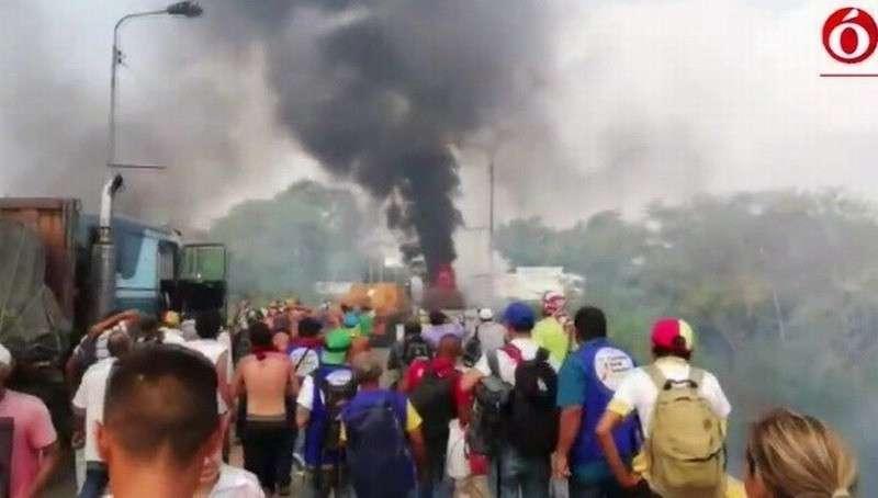 На границе Венесуэлы и Колумбии горят три грузовика с «гумпомощью»