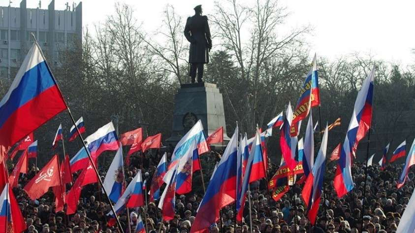 Участники митинга в Севастополе. 23 февраля 2014