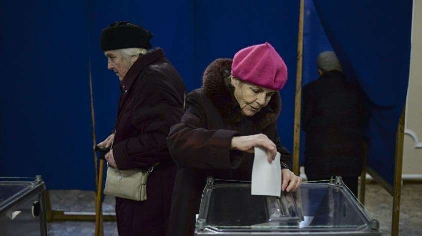 Голосование на референдуме о статусе Крыма на одном из избирательных участков Севастополя