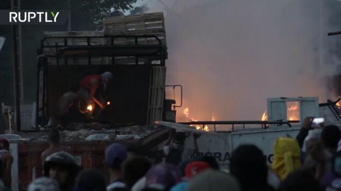 На границе Венесуэлы с Колумбией пострадали в столкновениях почти 300 человек