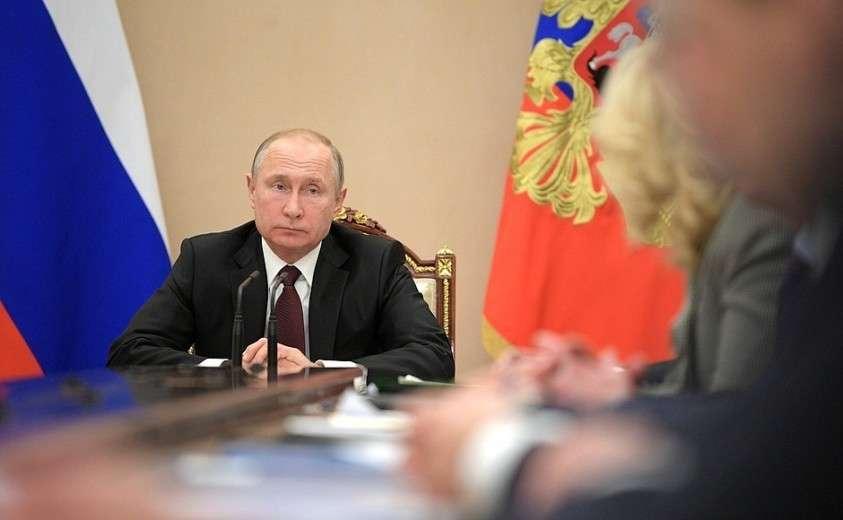 На совещании с членами Правительства.