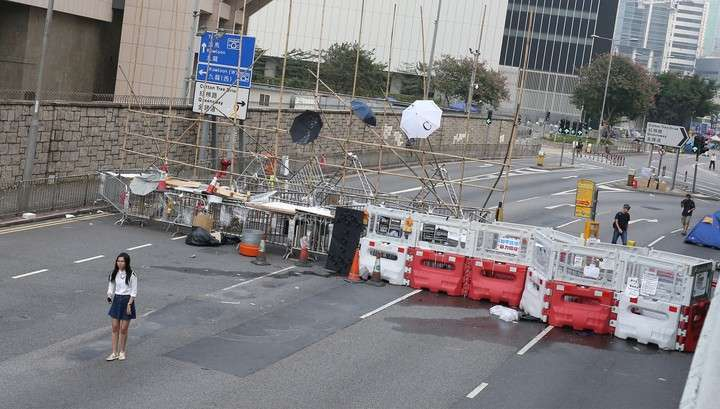 Полицейские в Гонконге приостановили демонтаж баррикад протестующих