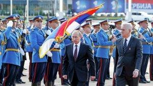 Лидеры РФ и Сербии возложили венки к монументу в Белграде