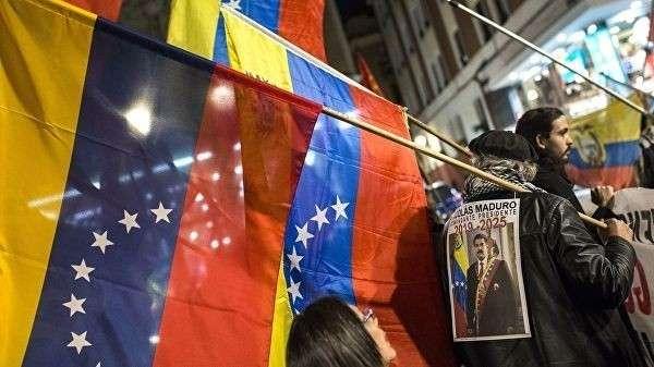 Участники акции в поддержку легитимного президента Венесуэлы Николаса Мадуро в Мадриде