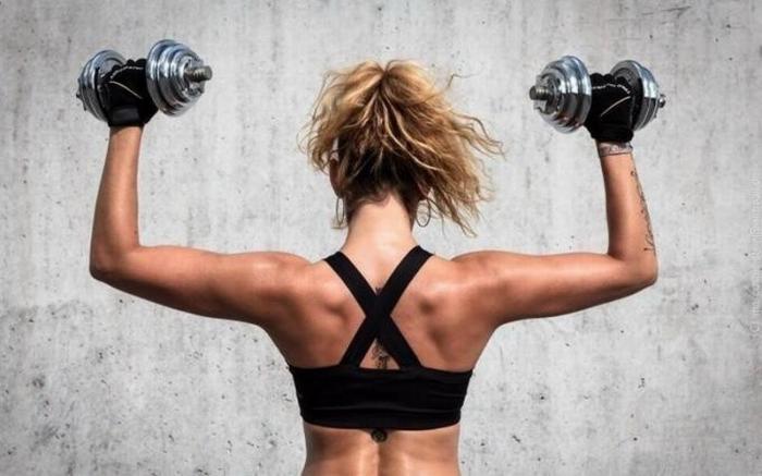 Восхитительная жизненная история о подготовке девушки к лету в фитнес-центре
