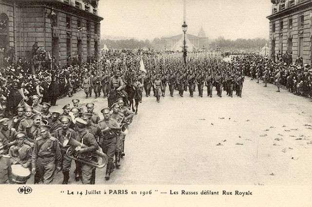 Парад русских войск по Ру Рояль в Париже 14 июля 1916 года. Почтовая открытка.