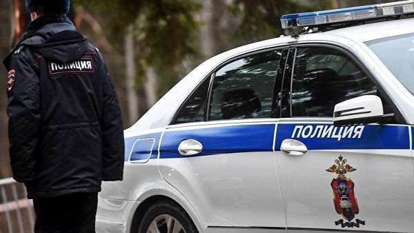 Сотрудник полиции возле служебного автомобиля