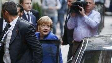Ангела Меркель рядом с отелем в Милане