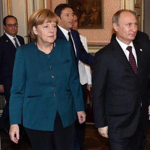 Путин с ручкой и бумагой разъяснил Меркель украинский газовый вопрос