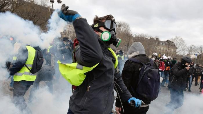 В Париже протестующие сожгли отделение банка в жилом доме