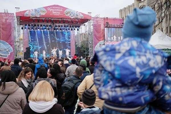 Зрители смотрят выступление артистов на фестивале Крымская весна в Краснодаре