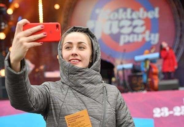 Зрительница на концерте Koktebel Jazz Party фестиваля Крымская весна в Большом Амфитеатре парка Зарядье