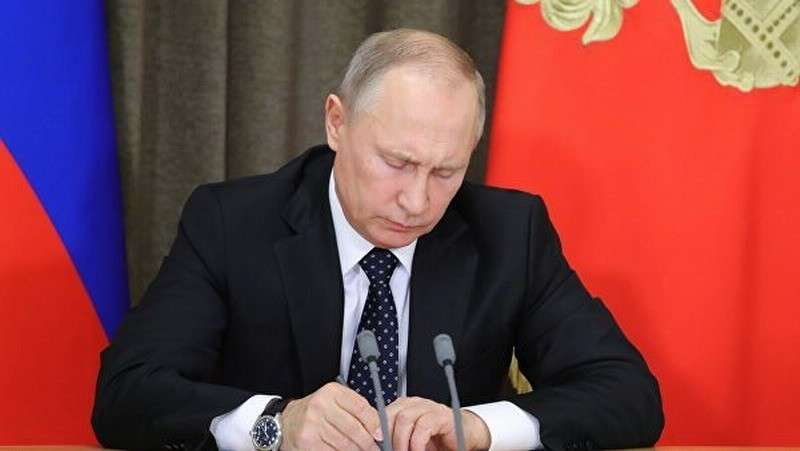 Владимир Путин подписал законы о фейковых новостях, анонимных картах и жалобах на качество товара