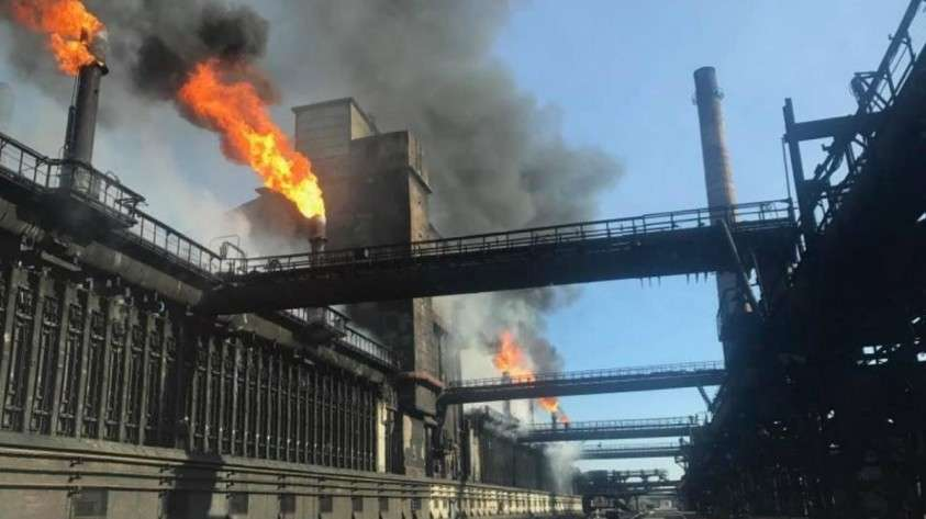 Зарево пожара на «Азовстали» в оккупированном Мариуполе освещает секреты олигарха Ахметова
