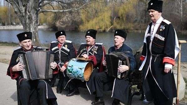 Казаки поют песни во время празднования 5-й годовщины Общекрымского референдума 2014 года и воссоединения Крыма с Россией в парке имени Юрия Гагарина в Симферополе