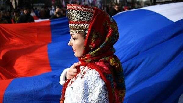 Девушка в национальном костюме во время мероприятий, посвященных 5-й годовщине Общекрымского референдума 2014 года и воссоединения Крыма с Россией, у здания Государственного Совета Республики Крым в Симферополе