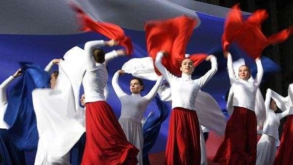 Артисты выступают во время мероприятий, посвященных 5-й годовщине Общекрымского референдума 2014 года и воссоединения Крыма с Россией, у здания Государственного Совета Республики Крым в Симферополе