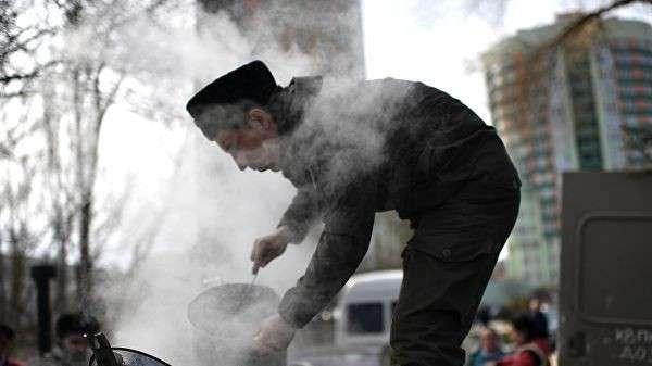 Работа полевой кухни во время празднования 5-й годовщины Общекрымского референдума 2014 года и воссоединения Крыма с Россией в парке имени Юрия Гагарина в Симферополе
