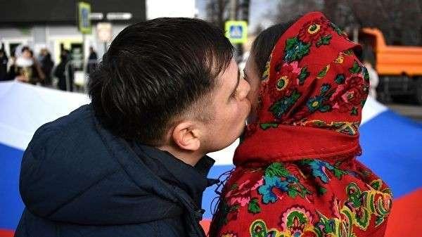 Участники праздничного шествия, посвященного 5-й годовщине Общекрымского референдума 2014 года и воссоединения Крыма с Россией, на одной из улиц в Симферополе
