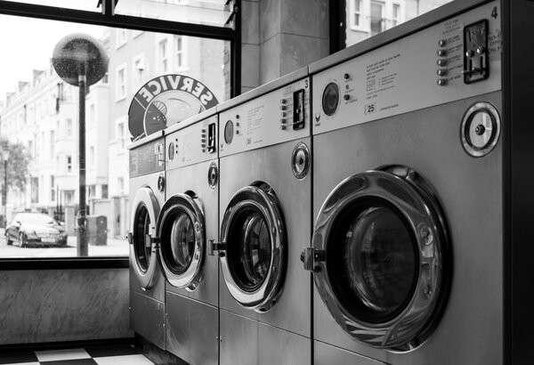 Это общественные стиральные машины. постирай свою одежду тут, где весь район стирает свои носки и трусы. Так стирает вся Америка.