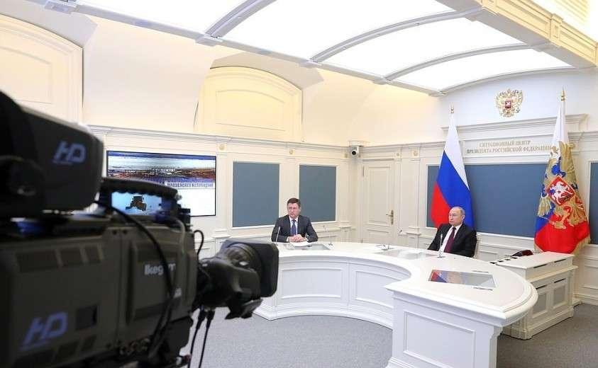 Владимир Путин в режиме телемоста дал команду к началу полномасштабного освоения Харасавэйского газового месторождения. Слева – Министр энергетики Александр Новак.
