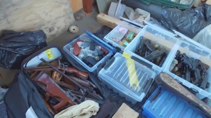В Подмосковье нашли целый арсенал: 100 единиц огнестрельного оружия и 36 кг взрывчатки