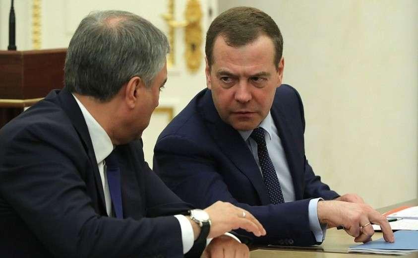 Председатель Правительства Дмитрий Медведев (справа) и Председатель Государственной Думы Вячеслав Володин перед началом совещания с постоянными членами Совета Безопасности.