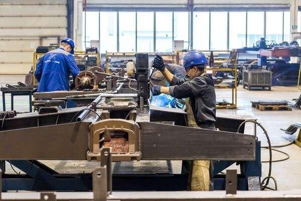 Наряду со сварщиком и оператором станка с ПУ слесарь механосборочных работ – одна из наиболее востребованных специальностей на тихвинских вагоностроительных предприятиях