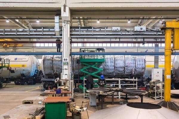На котле укрепляется термоизоляция. А справа виднеется вагон, на который уже смонтирована декоративная обшивка
