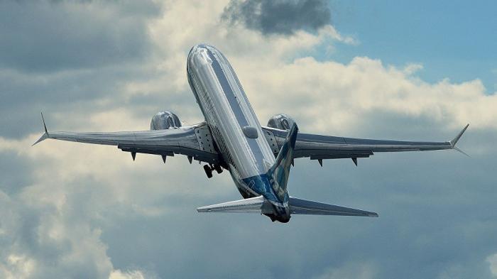 США: Боинг 737 MAX экстренно сел из-за проблем с двигателем