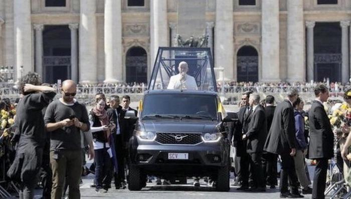 Итальянцы пересадили Папу Римского на российский УАЗ