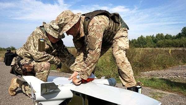 Украинские военные с беспилотным летательным аппаратом на Яворивском полигоне во Львовской области. 11 сентября 2018