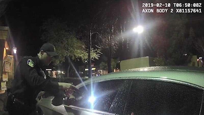В США полицейские в упор расстреляли рэпера, задремавшего в машине