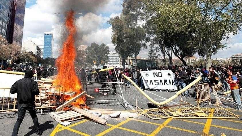Протесты в Барселоне завершились массовыми беспорядками и задержаниями