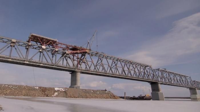 Строители сомкнули первый железнодорожный мост через Амур между Россией и Китаем