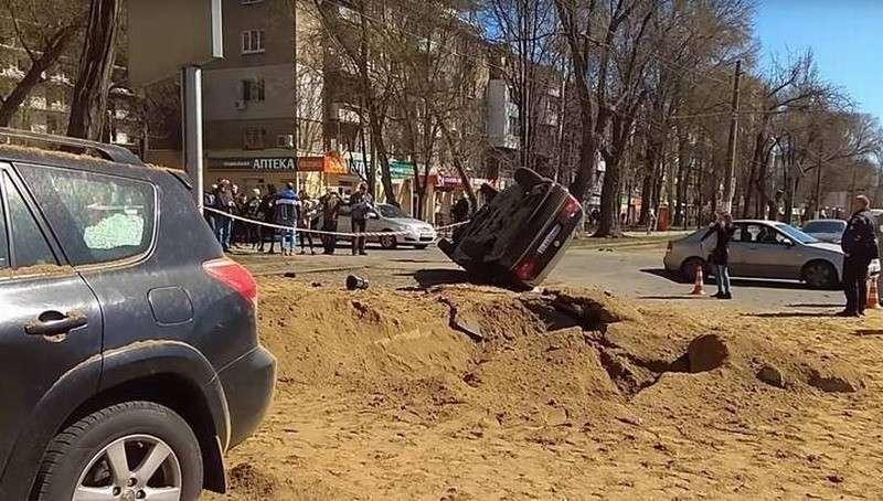 В Одессе мощный подземный взрыв перевернул машину