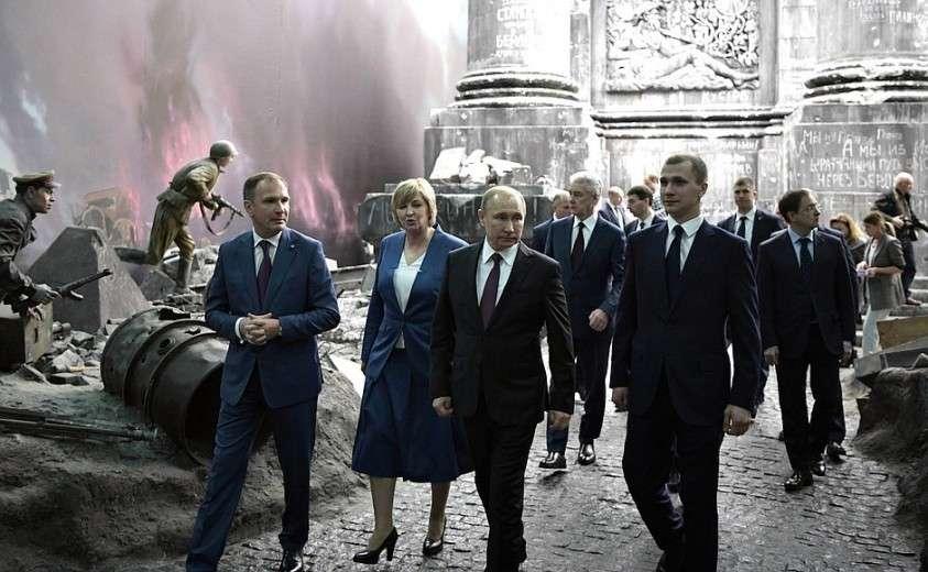 Во время осмотра историко-художественной панорамы «Битва за Берлин. Подвиг знаменосцев» в Музее Победы на Поклонной горе.