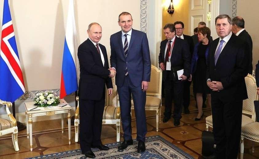 C Президентом Исландии Гудни Торлациусом Йоханнессоном. Справа – помощник Президента России Юрий Ушаков.