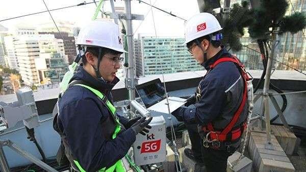 Технические специалисты южнокорейского оператора связи KT Corp. настраивают оборудование для использования мобильной сети 5G на крыше здания в Сеуле. 4 апреля 2019
