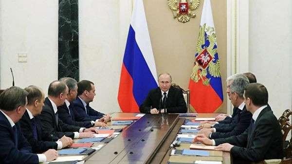 Президент РФ Владимир Путин проводит совещание с постоянными членами Совета безопасности