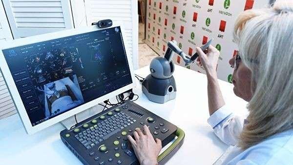 Специалист по ультразвуковому исследованию за органами контроля и управления телемедицинской роботизированной установкой для удаленного ультразвукового исследования