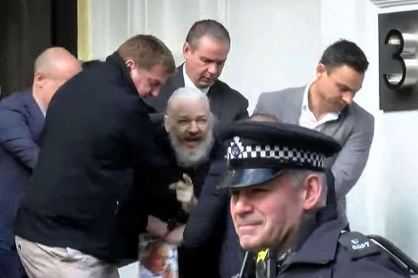 Джулиана Ассанжа арестовала полиция Британии